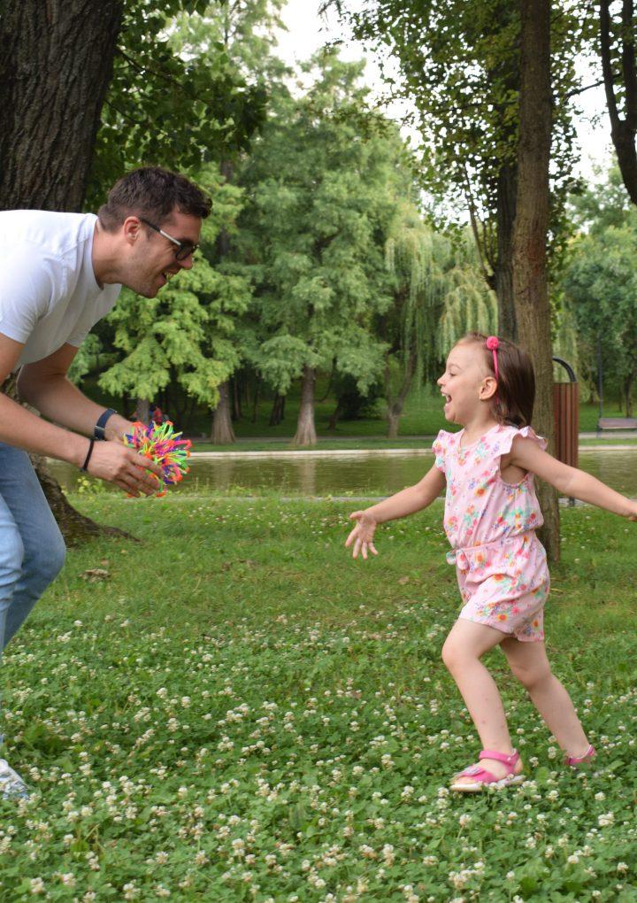 Cum pot taţii să dezvolte abilităţile de joc ale copiilor mici?